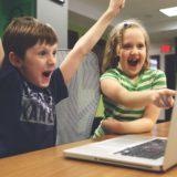 パソコンをみて喜ぶ子供
